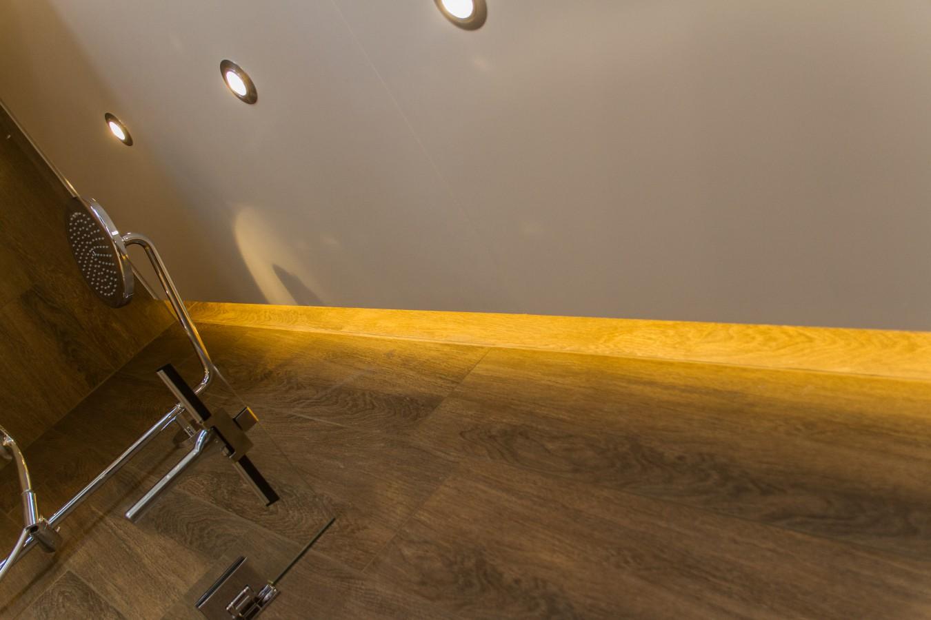 IN-TENS GROEP » Plafond in de douche met indirecte led verlichting
